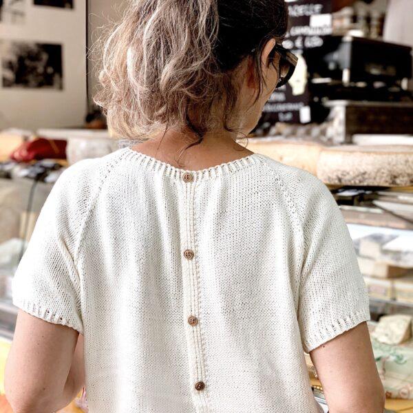 Gratis strikkeopskrift - bluse med knapper i ryggen
