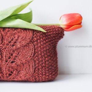Strikket lille taske med bladmønster
