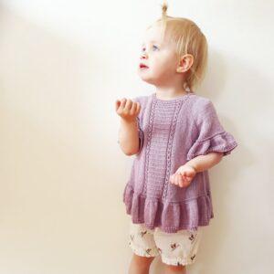 Sommerbluse til små piger med flæsekanter